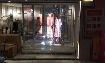 赫尔诺LED透明屏打造武汉商业街新商机